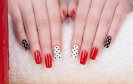 Touche de glamour : le nail art à pois fait avec du vernis bio